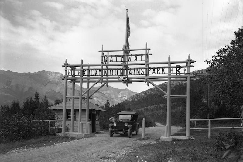 Gateway, Rocky Mountain Park, [1921], Byron Harmon fonds, V263/NA-3436, Whyte Museum of the Canadian Rockies.